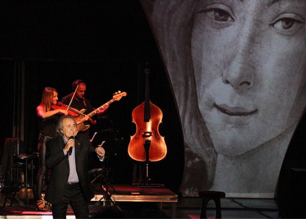 En la noche de ayer, la 38a edición del Festival de la Guitarra de Córdoba contó con la actuación de Serrat, quien está realizando su gira Mediterráneo, da capo.