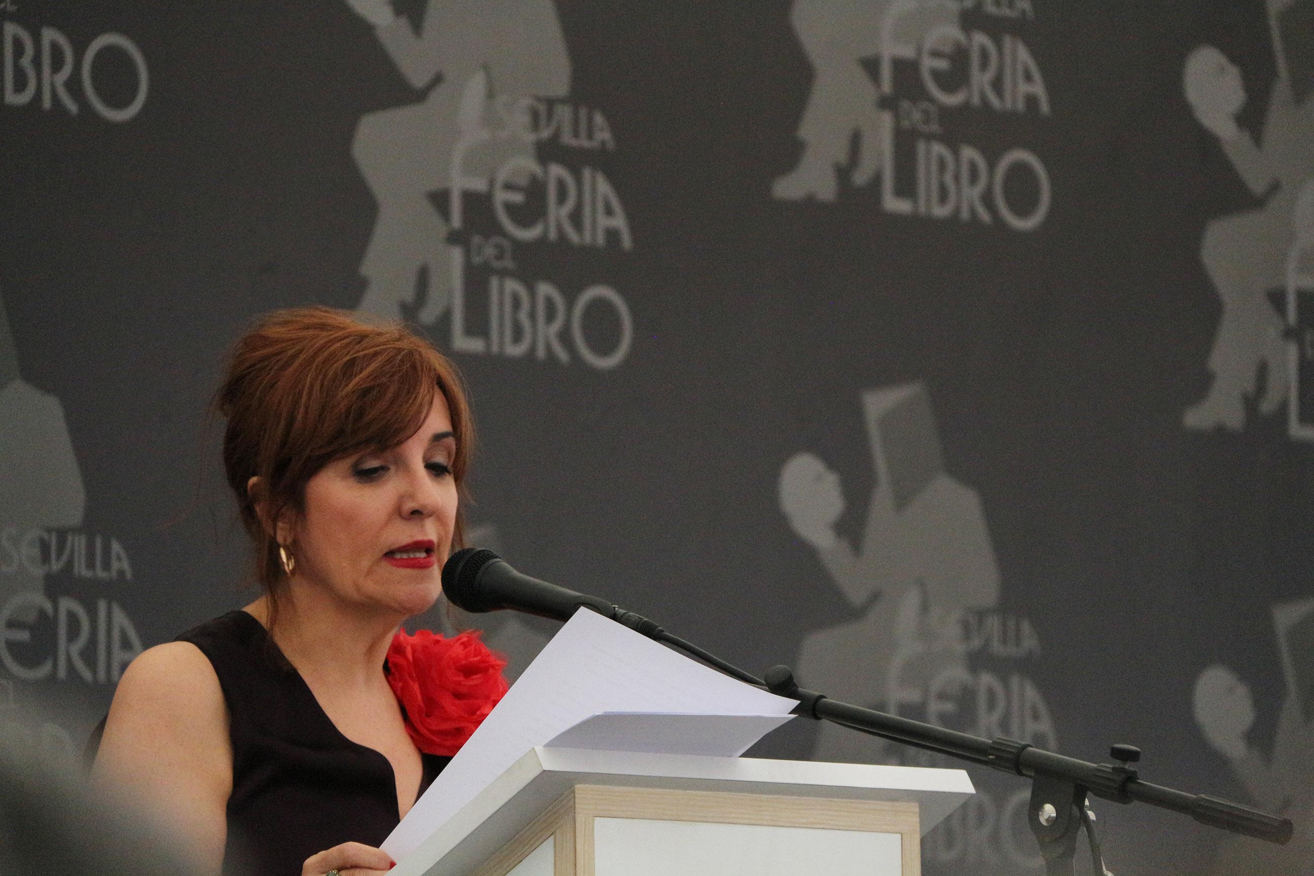 Elvira Lindo escribe las primeras líneas de la Feria del Libro de Sevilla 2019