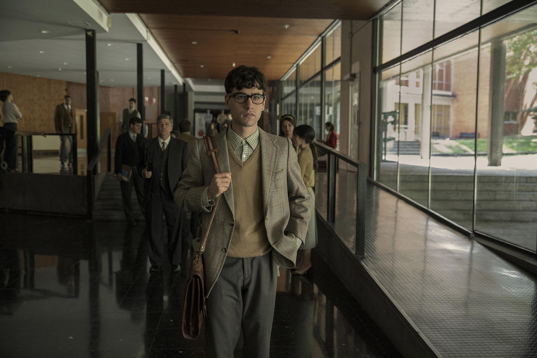 La serie 'La línea invisible' presenta su cartel en versión estática y vídeo