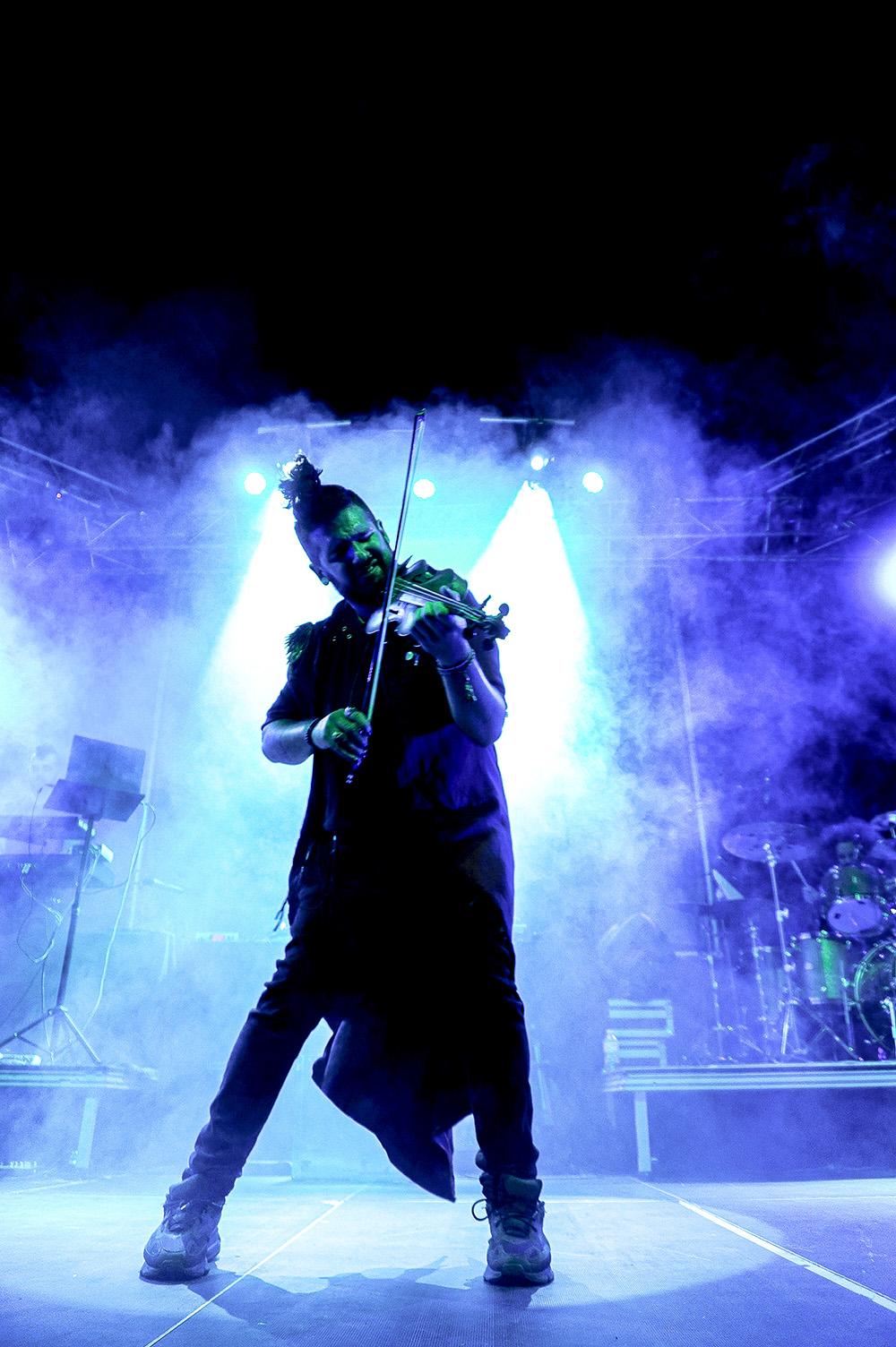 lidera su propio proyecto. STRAD es una banda con un espectáculo potente, que invita a todo el mundo que asista a él a disfrutar y a ser libre